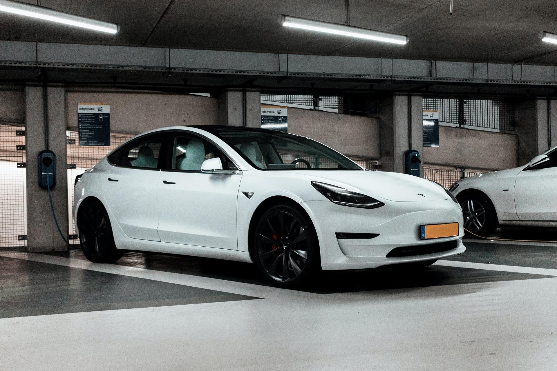 tesla blanche garage souterrain autopilot