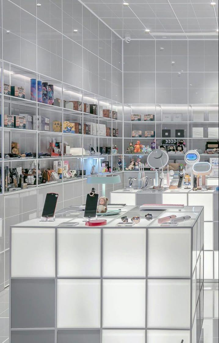 Intérieur d'une boutique vendant de nombreux objets technologiques.