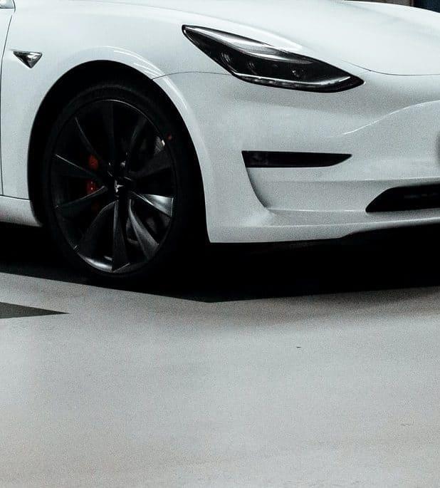 Vignette Tesla Blanche Garage Souterrain Autopilot